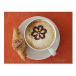 Cappuccino con el chocolate y un croissant, Italia Tarjeta Postal