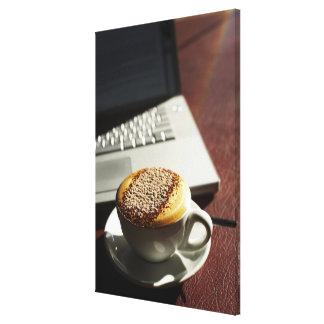 Cappuccino delante del ordenador portátil lienzo envuelto para galerías