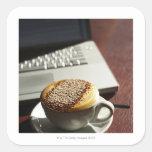 Cappuccino delante del ordenador portátil calcomanía cuadradas
