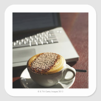 Cappuccino delante del ordenador portátil calcomania cuadradas