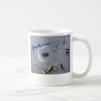 Captura de pesca agradable del hielo taza de café