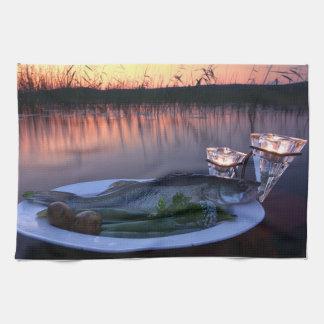 Captura de pescados frescos en una placa con las toalla de cocina