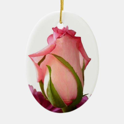 Capullo de rosa rosado bonito adorno navideño ovalado de cerámica
