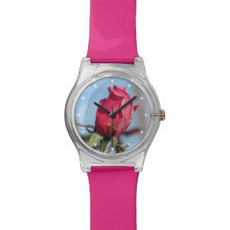 Capullo de rosa rosado reloj de mano