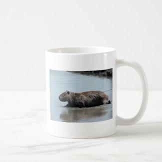 Capybara que hunde en el agua taza