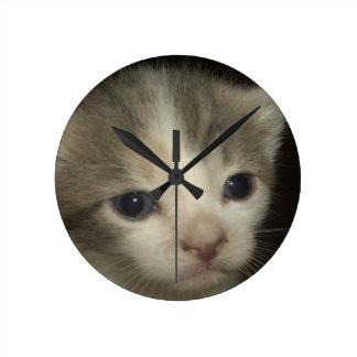 Cara adorable del gatito reloj de pared