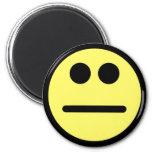 Cara amarilla del smiley de la mirada fija de la c imanes de nevera