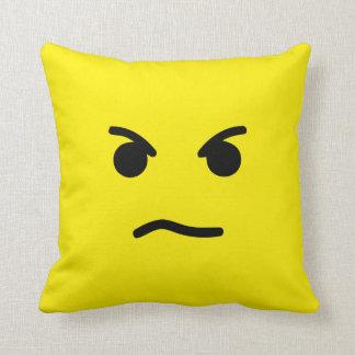 Cara amarilla enojada simple cojines