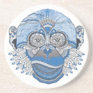Cara azul del mono con el modelo y las plumas posavasos cerveza