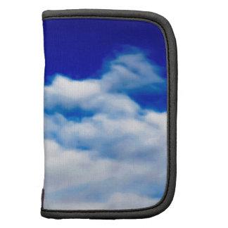 Cara blanca de la nube contra un cielo azul planificadores
