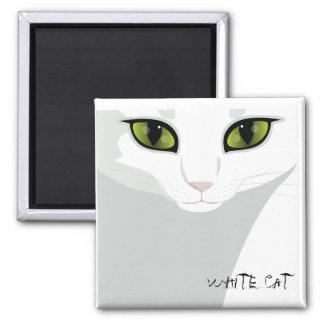 Cara blanca del gato con color del ojo de su opció imán cuadrado