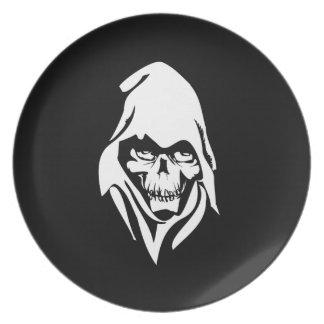 Cara blanca gótica del segador en fondo negro plato para fiesta