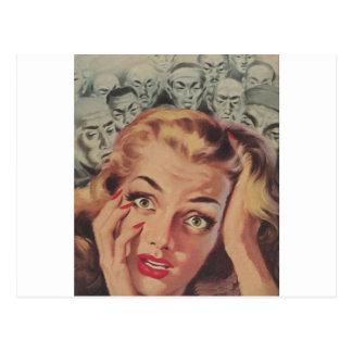 Cara chocada con la gente que mira encendido tarjetas postales