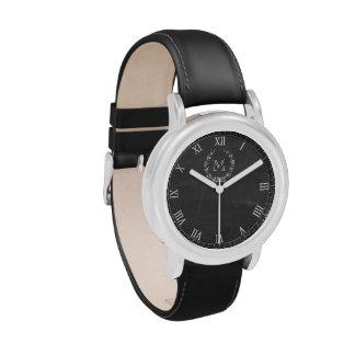 Cara clásica del reloj en pizarra con el monograma