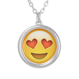 Cara con el pegatina en forma de corazón del emoji colgante redondo