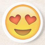 Cara con el pegatina en forma de corazón del emoji posavaso para bebida