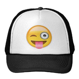 Cara con hacia fuera pegados la lengua y el ojo gorras de camionero