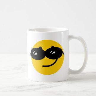 Cara coqueta del smiley de las gafas de sol tazas de café
