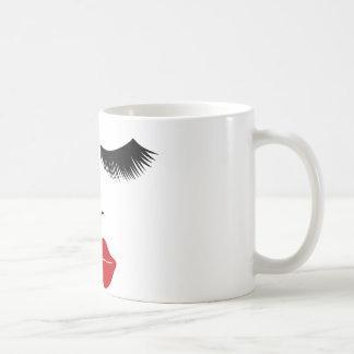 Cara de la moda de la diva con los latigazos y los taza de café