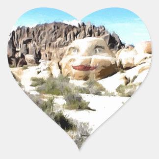 Cara de la roca con el lápiz labial pegatina en forma de corazón