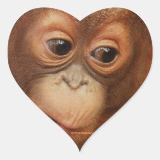 Cara del bebé del orangután pegatina en forma de corazón