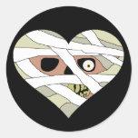Cara del corazón de la momia etiqueta redonda