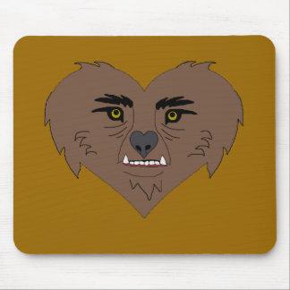 Cara del corazón del hombre lobo mouse pad