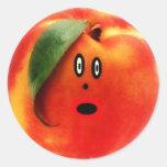 Cara del dibujo animado del melocotón pegatina redonda