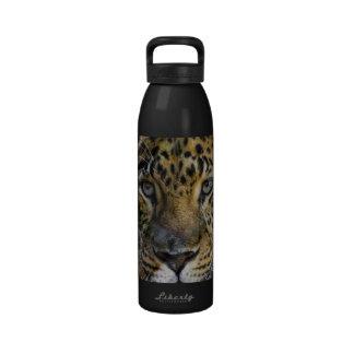 Cara del leopardo del hambre botallas de agua