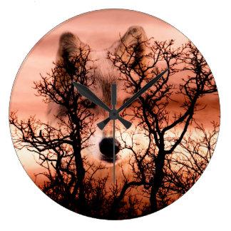 Cara del lobo del alcohol reloj redondo grande