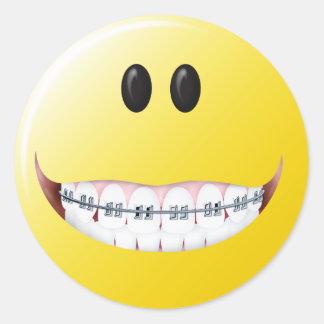 Cara del smiley de los apoyos pegatina redonda