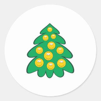 Cara del smiley del árbol de navidad pegatina redonda