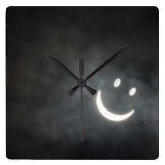 Cara del smiley del eclipse solar reloj cuadrado