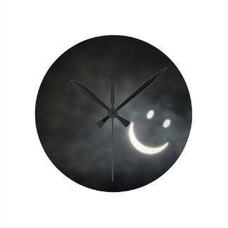 Cara del smiley del eclipse solar reloj redondo mediano