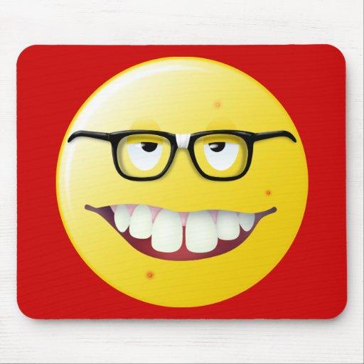 Cara del smiley del empollón mousepad