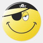 Cara del smiley del pirata etiquetas redondas