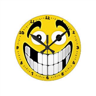 Cara desdentada amarilla del smiley de la mueca reloj de pared