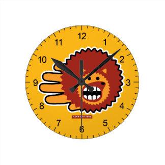 Cara divertida del Afro rojo del erizo Reloj Redondo Mediano