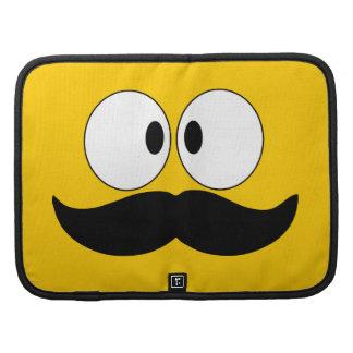 Cara divertida del bigote con los ojos planificadores