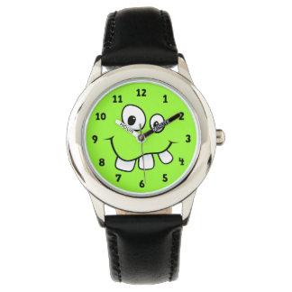 Cara divertida, torpe, verde del dibujo animado reloj de mano