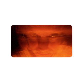 Cara extraña anaranjada, ojos que miran para arrib etiquetas de dirección