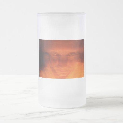 Cara extraña anaranjada, ojos que miran para arrib taza