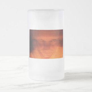 Cara extraña anaranjada, ojos que miran para jarra de cerveza esmerilada