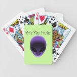 Cara extranjera baraja cartas de poker