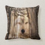 Cara fantasmal del lobo en las maderas cojín