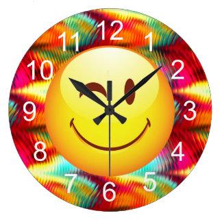 Cara feliz de guiño linda y colores brillantes reloj redondo grande