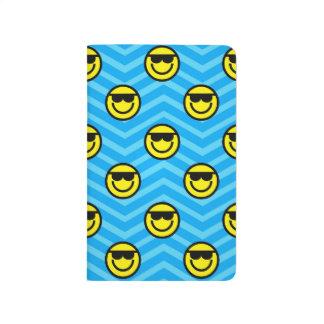 Cara feliz de las gafas de sol en el modelo azul d