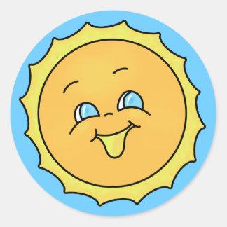 Cara feliz del smiley de la sol del verano pegatina redonda