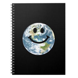 Cara feliz del smiley de la tierra libros de apuntes con espiral