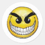 Cara feliz enojada pegatina redonda